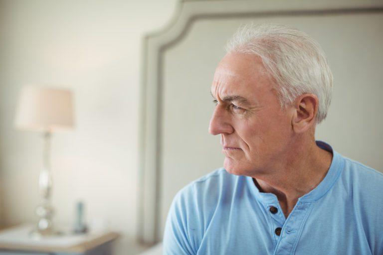 https://www.scheidenmetaandacht.nl/wp-content/uploads/2020/03/thoughtful-senior-man-sitting-in-bed-room-STZ2EWJ-768x512.jpg