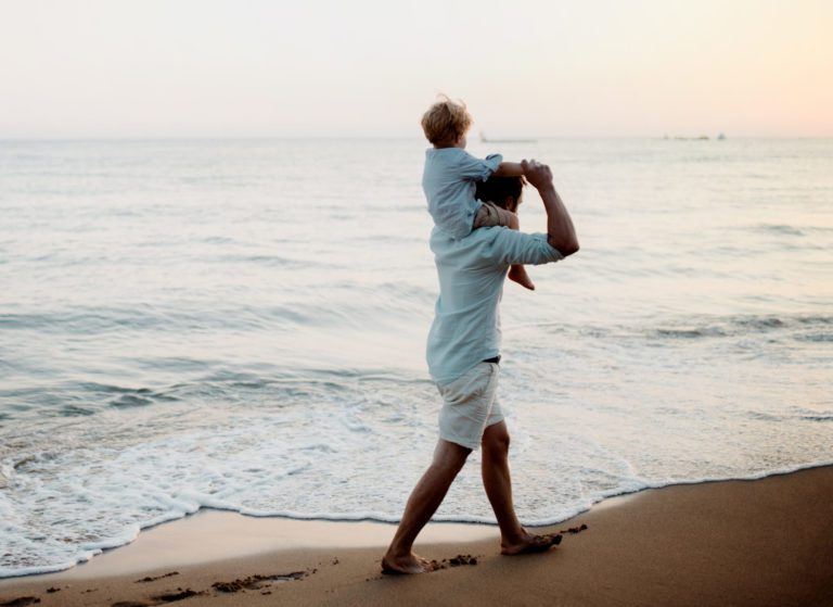 https://www.scheidenmetaandacht.nl/wp-content/uploads/2020/04/father-with-a-toddler-boy-walking-on-beach-on-summ-QGU4CL2-scaled-e1587558503429-768x559.jpg