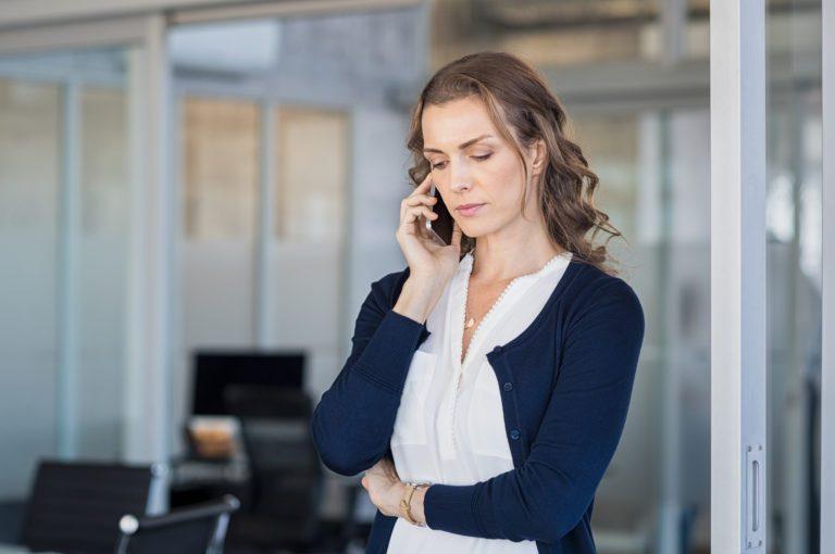 https://www.scheidenmetaandacht.nl/wp-content/uploads/2020/04/serious-businesswoman-talking-on-phone-PPWAV2Q-768x510.jpg